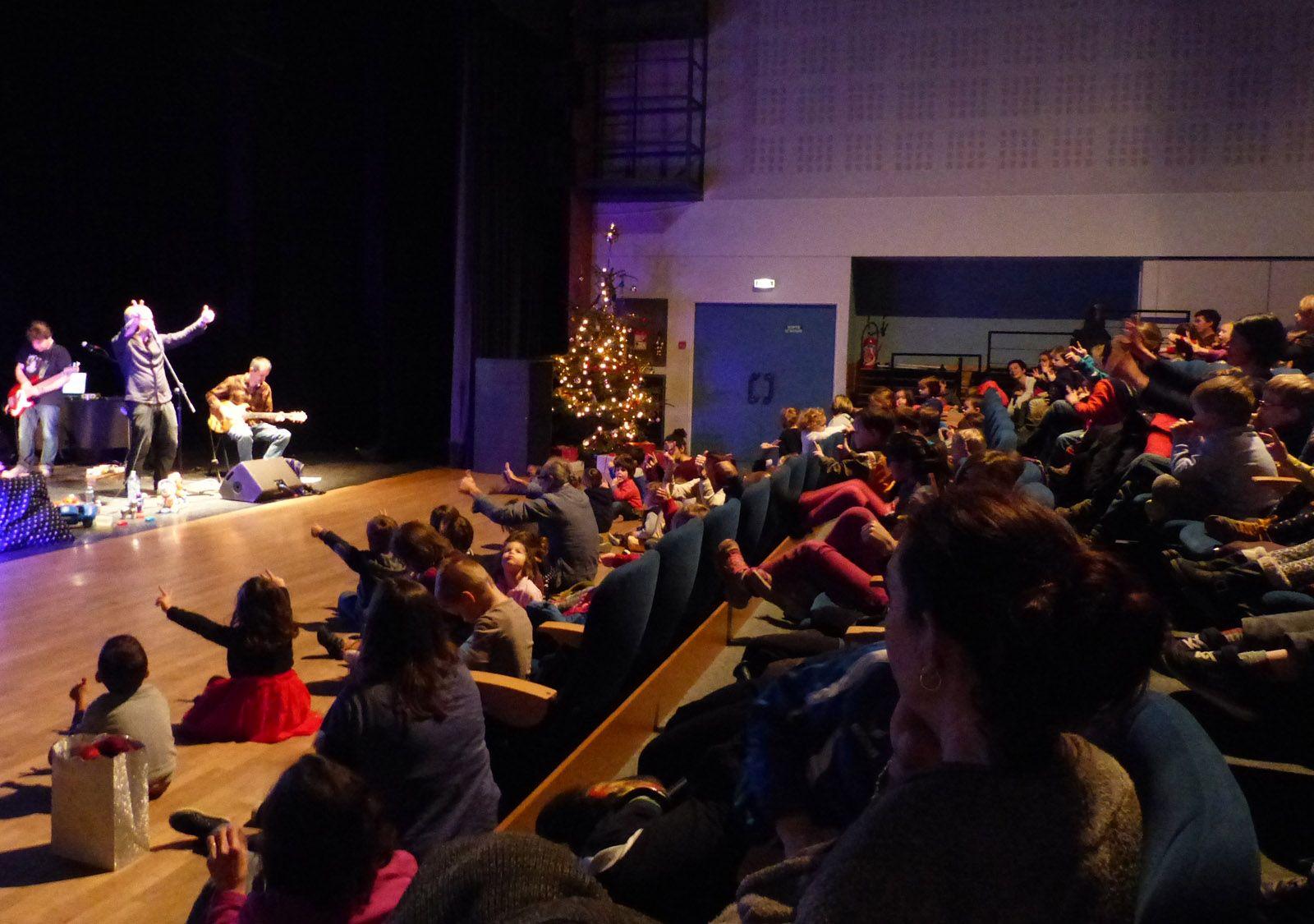 Le spectacle de Noël offert aux scolaires par la ville
