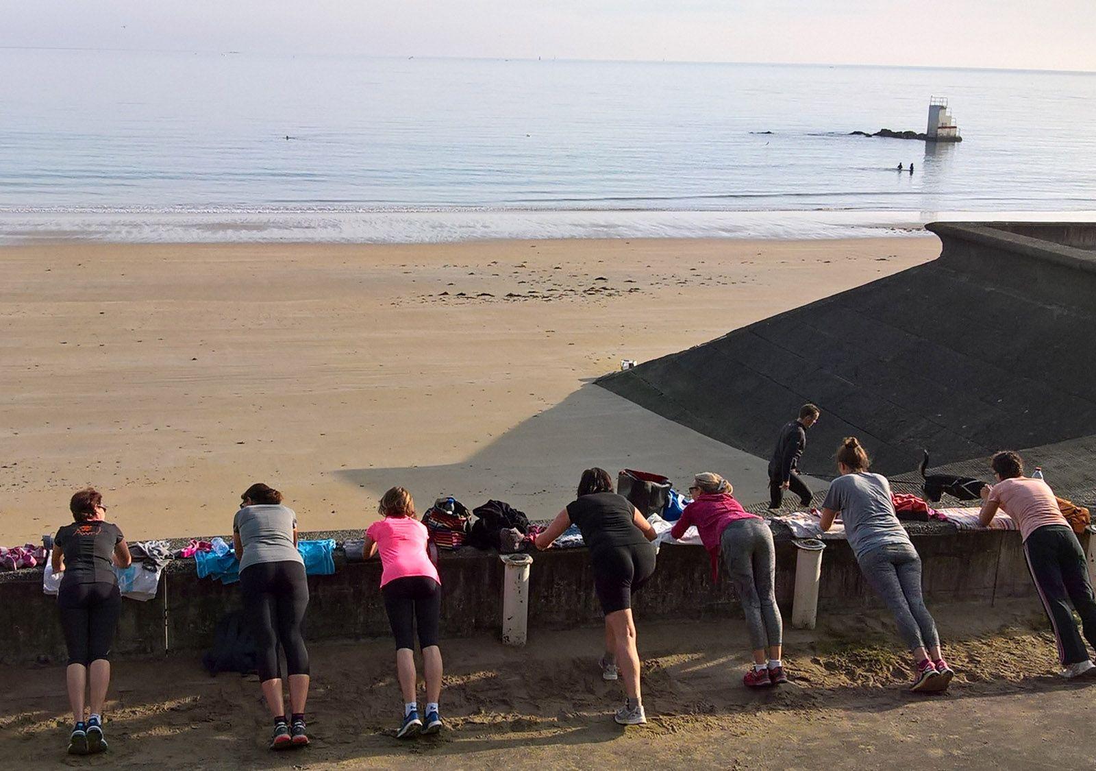 Séance étirements à la plage des Godelins